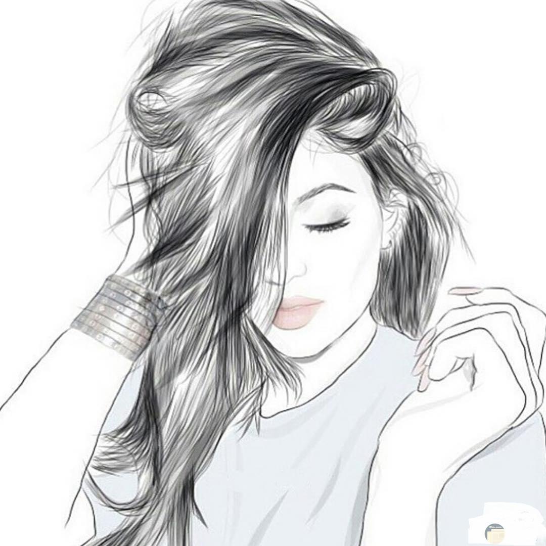 صورة بالقلم الرصاص لفتاة تداعب شعرها.