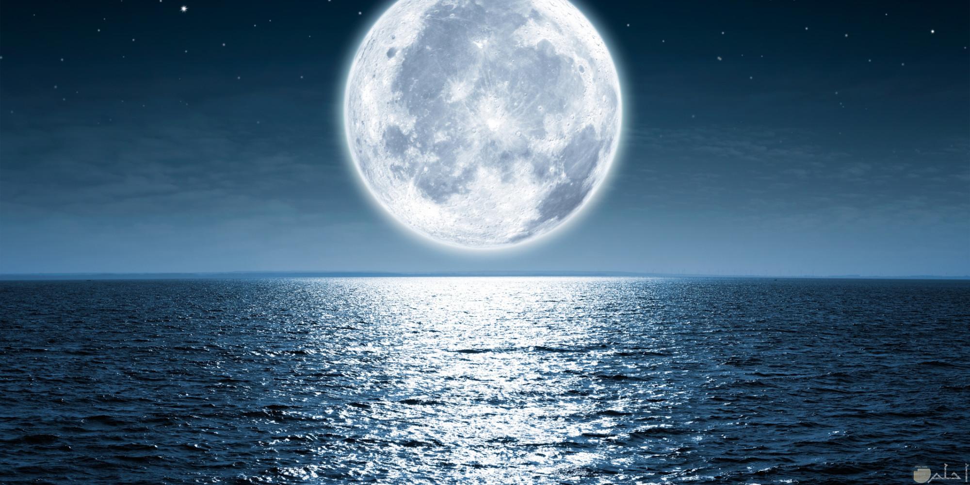 صورة للبحر و القمر معاً خلفية للفيس بوك.