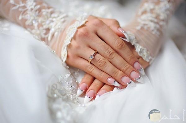 صورة يد عروسة ترتدي محبس الزواج