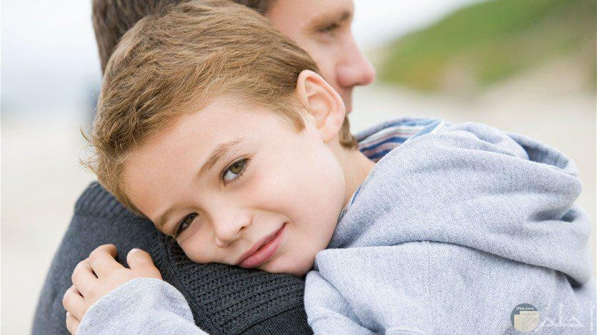 أب يحتضن أبنه