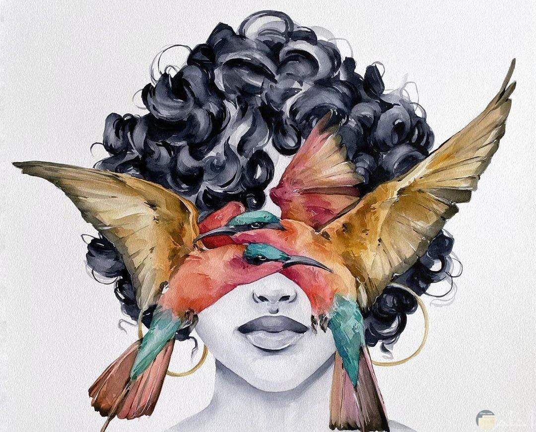 رسمة ملونة لبنت انمي كرتون مع طيور ملونة على وجهها.