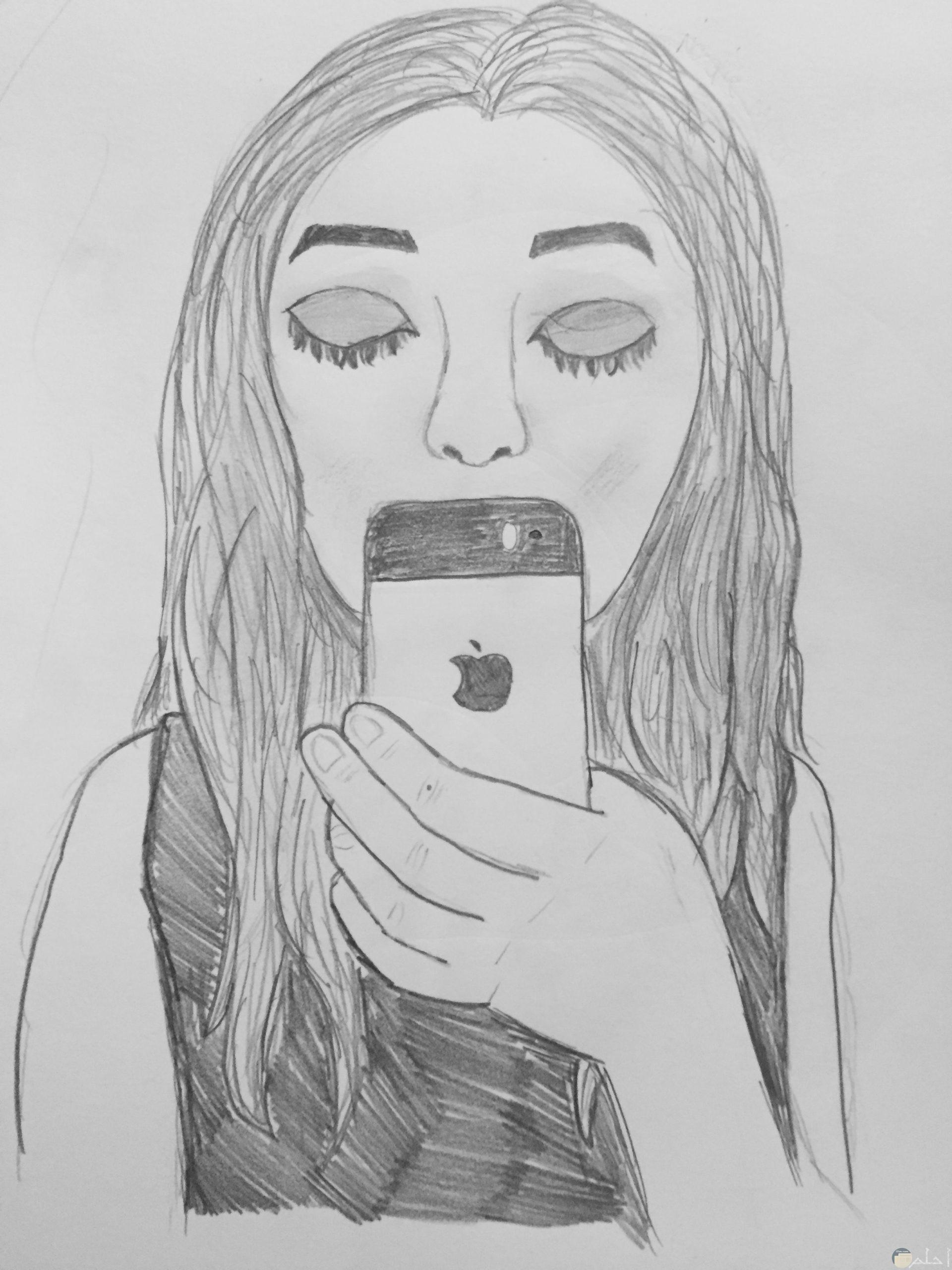 رسمة بنت بالقلم الرصاص مع هاتف محمول و تصوير سيلفى.