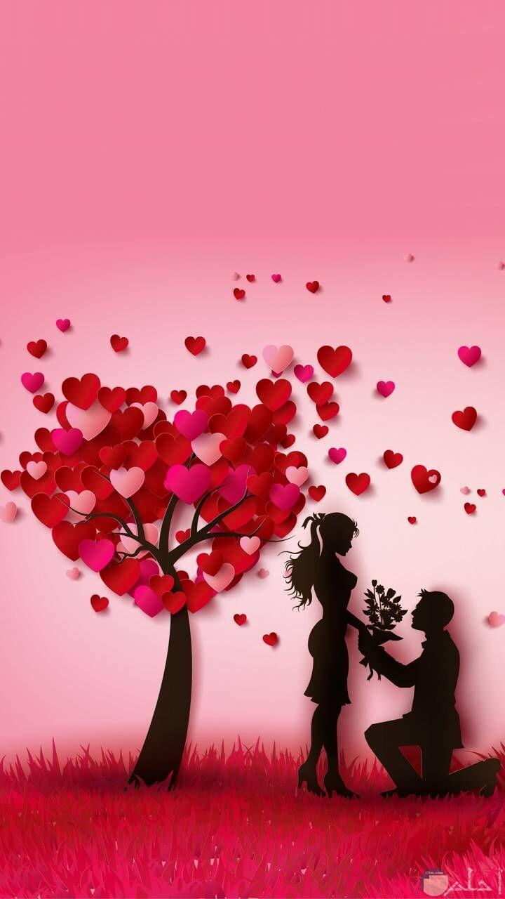 رسمة رومانسية للعشاق شجرة أوراقها قلوب حمراء.