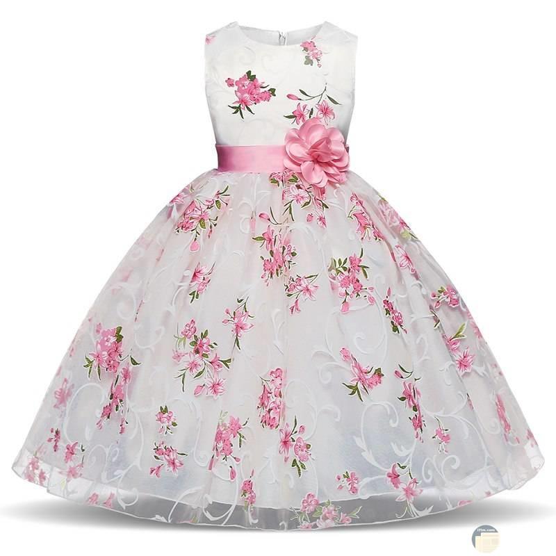 فستان ابيض وورد وحزام وردة