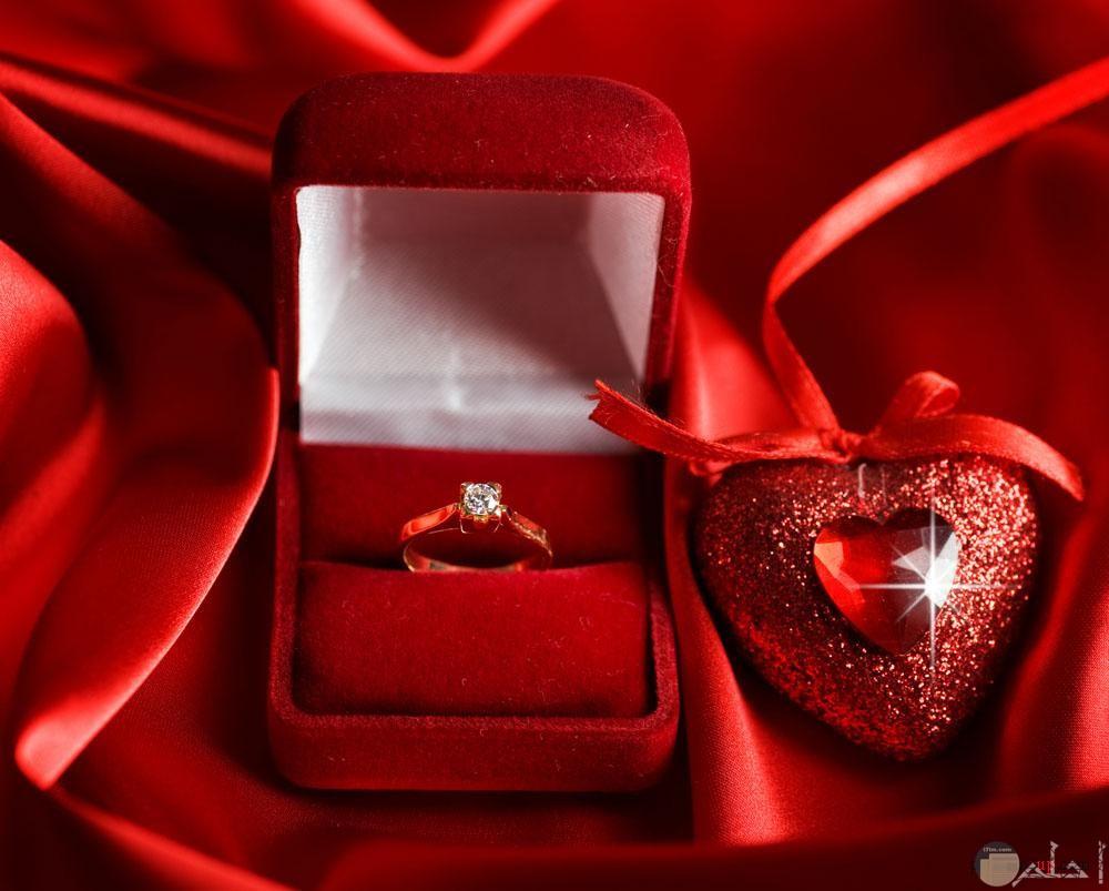علبه صغيرة بها خاتم رقيق وقلب هدية