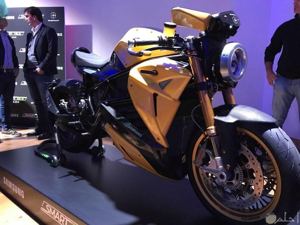 صورة دراجة نارية من داخل المعرض الخاص بها.