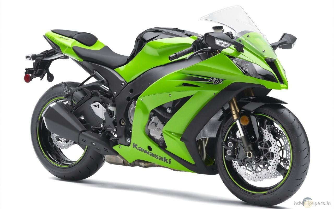 دراجة نارية حديثة الصنع خضراء اللون.