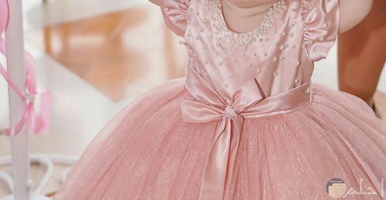 بنوتة قمر بفستان جميل