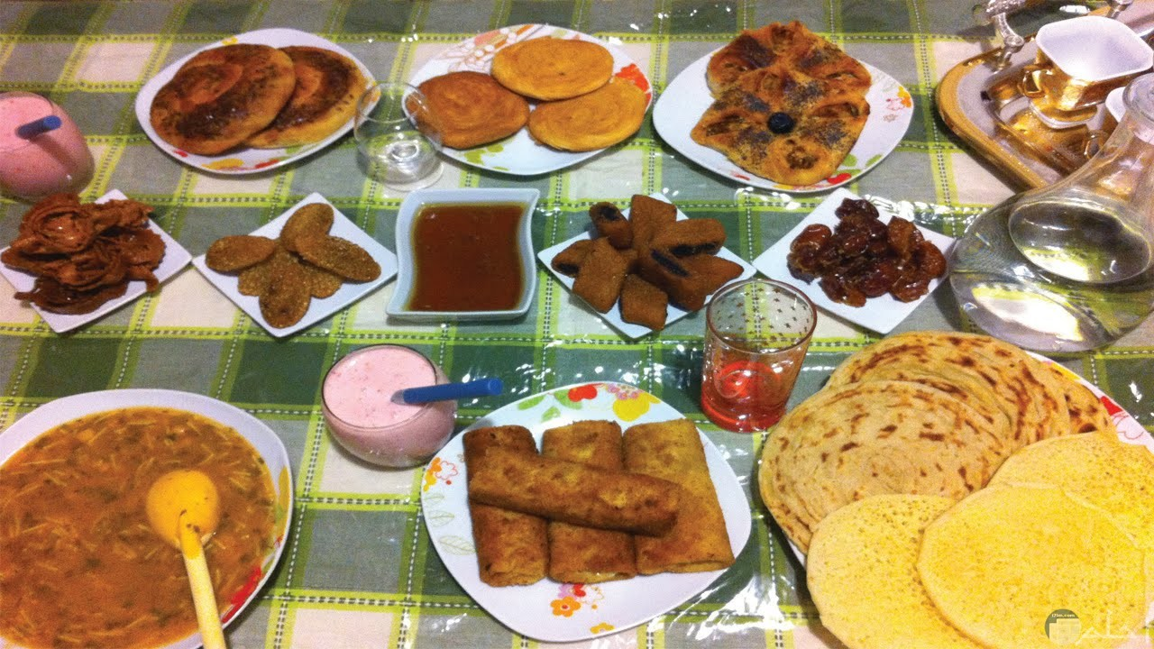 تشكيلة أكل رمضانى فى صورة.