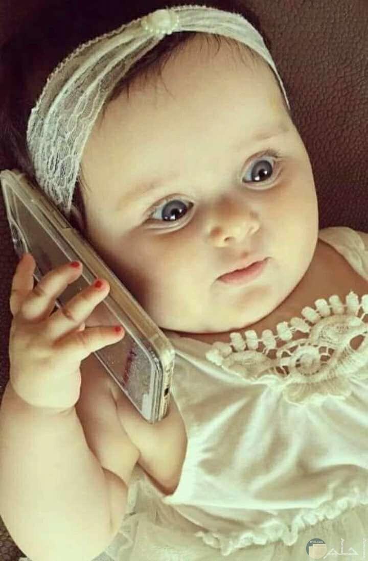 الجمال الراقى في طفلة كأنها تتحدث في الهاتف.