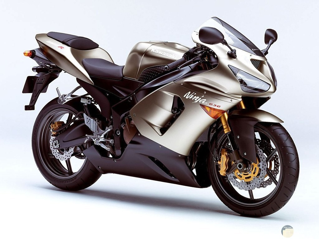 صورة دراجة نارية فضية اللون.