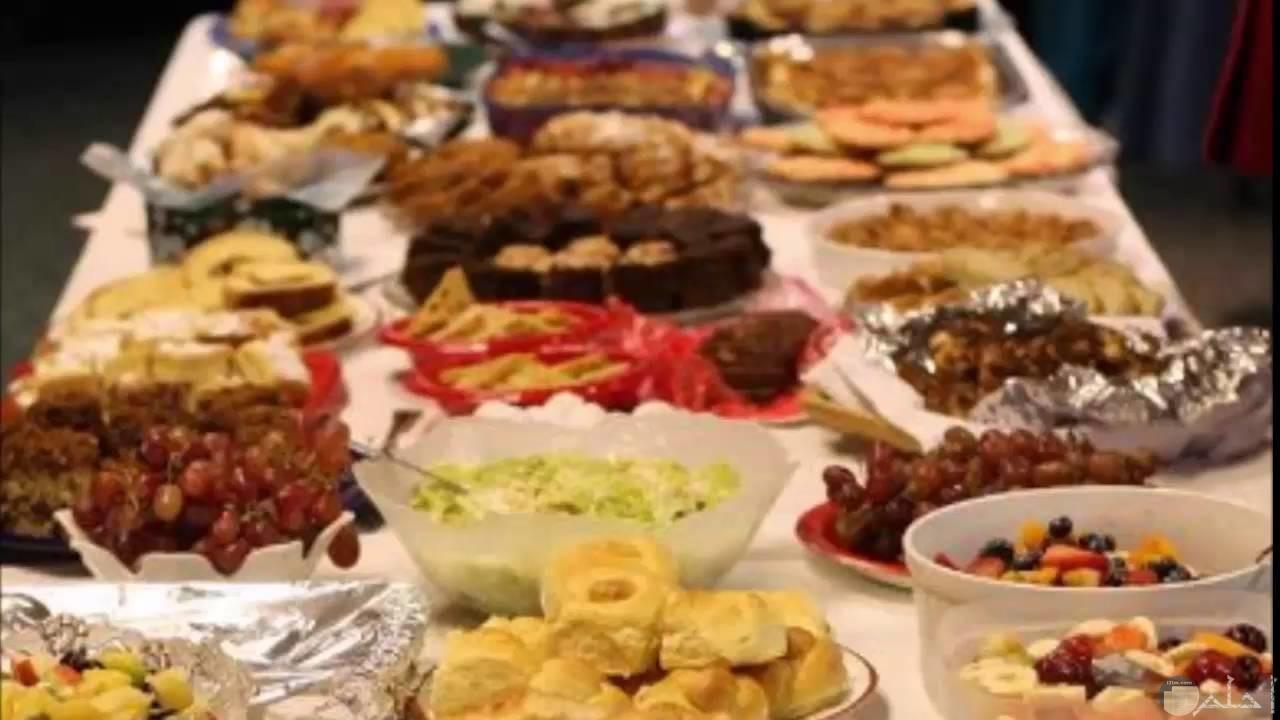 مائدة أكل رمضانى كبيرة للعائلة.
