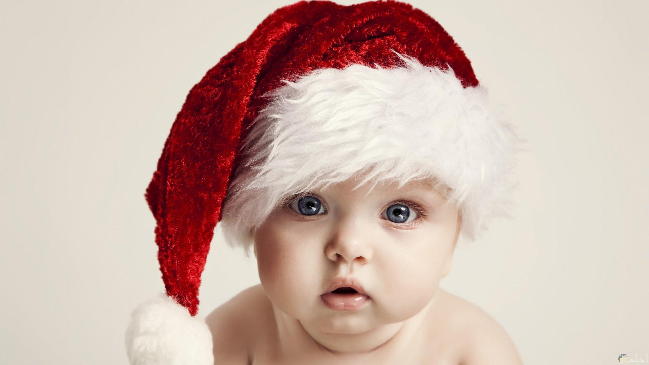 صورة طفل جميل يرتدى قبعة بابا نويل.