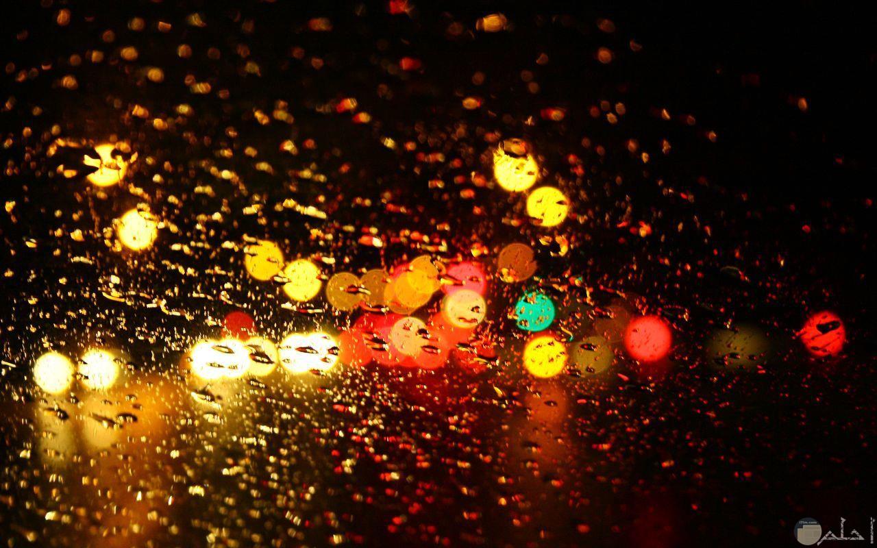 حبات المطر على الزجاج.