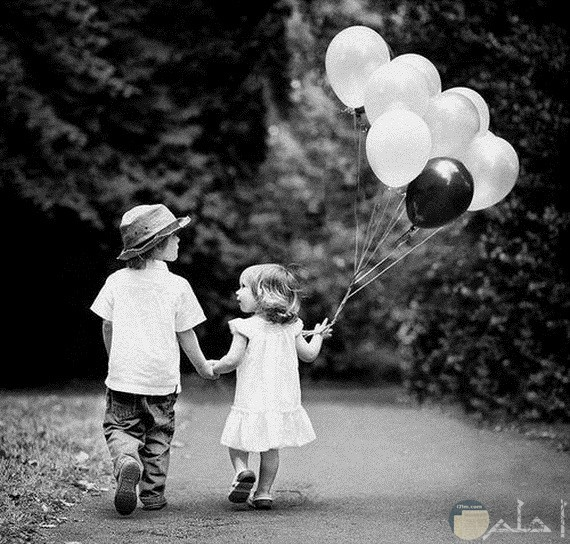 طفلان مع بالونات