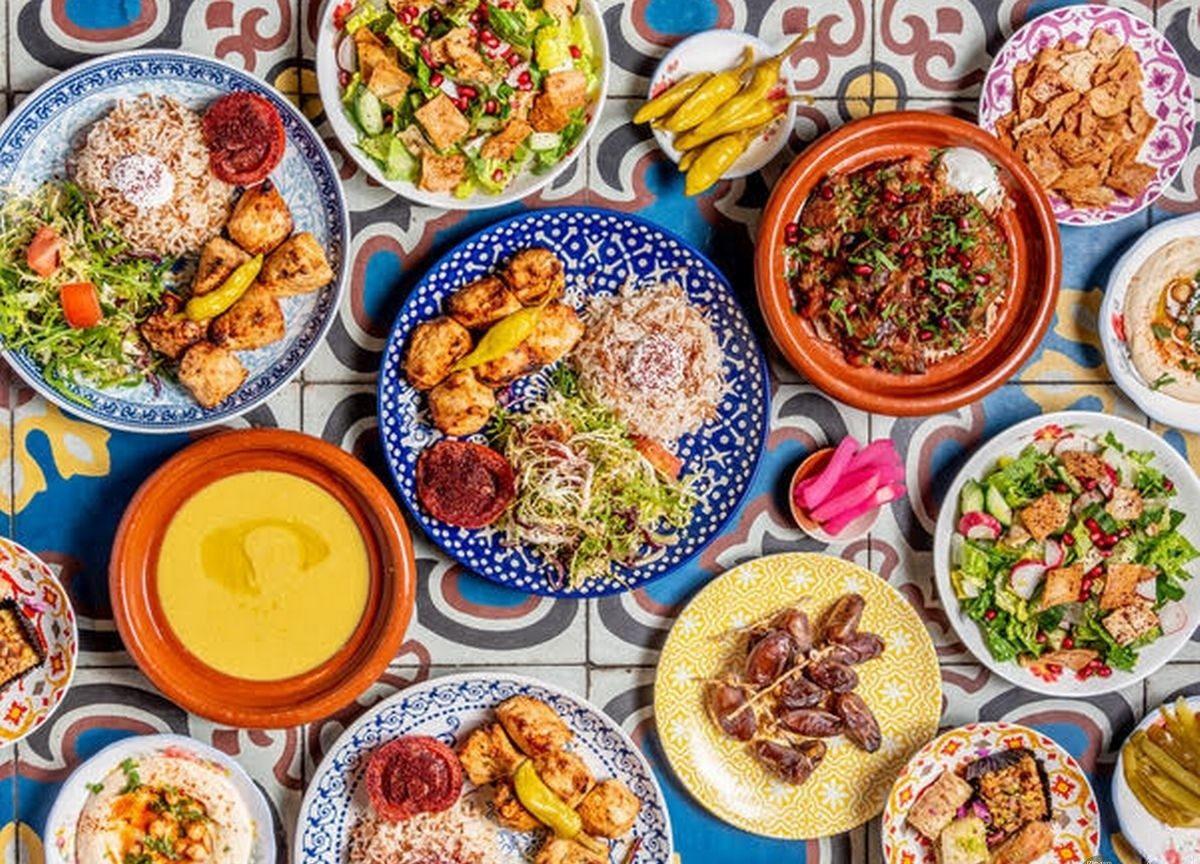 صورة مائدة متنوعة الأطعمة للفطار.