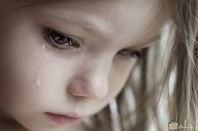 صورة طفلة باكية وحزينة