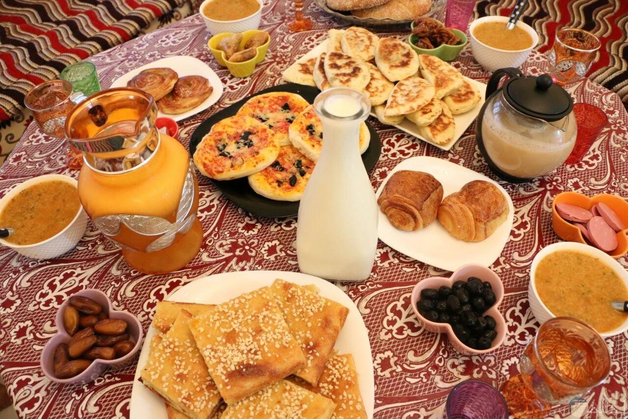 صورة مائدة من المعجنات للفطار برمضان.