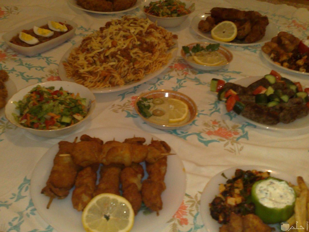 صورة مائدة طعام فطار رمضان.