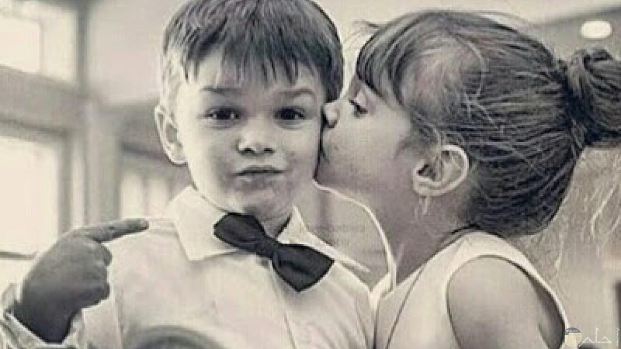 فتاه صغيرة جميلة تقبل ولد صغير