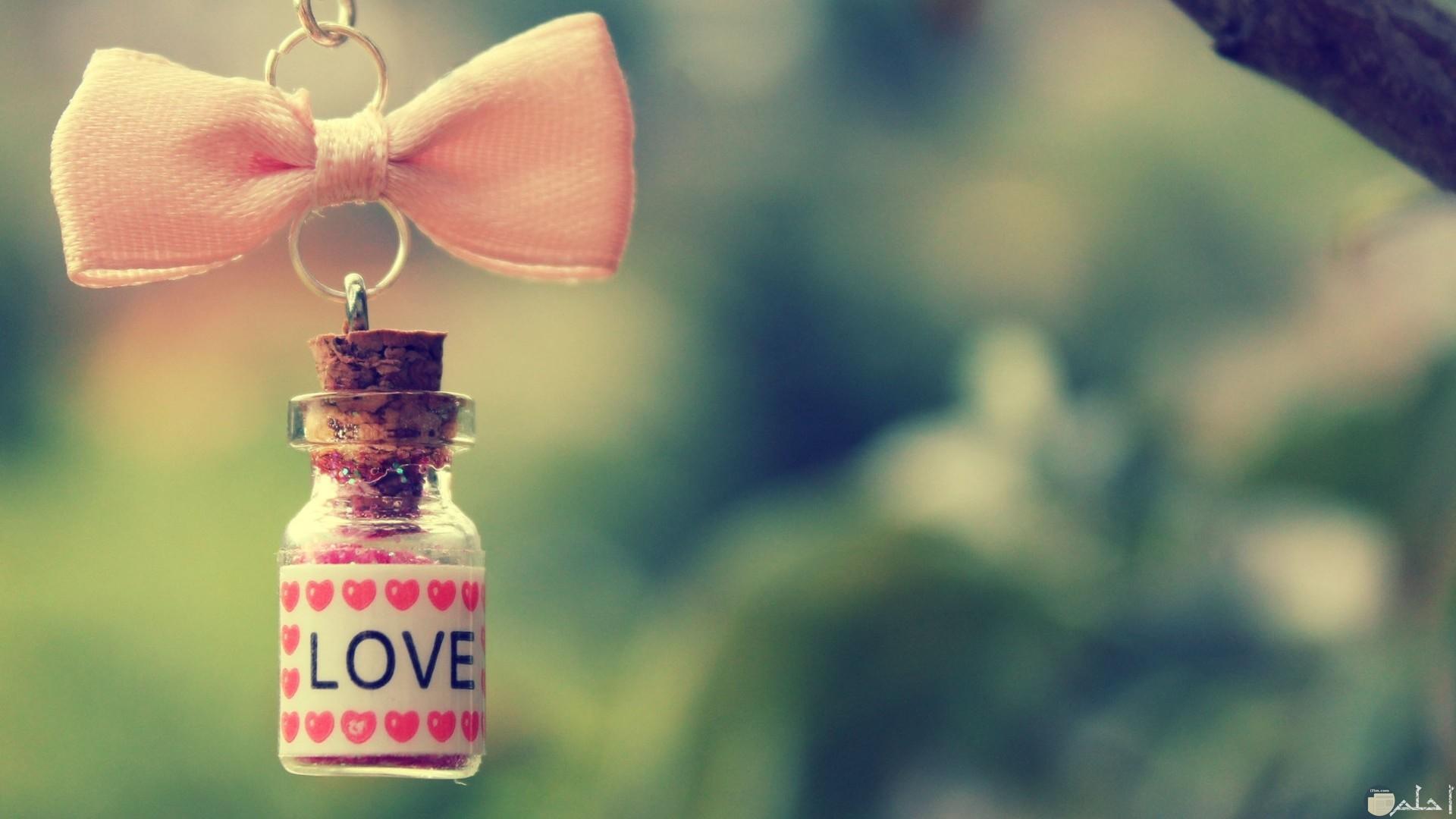 زجاجة معلقة مكتوب عليها حب فى صورة بروفايل.