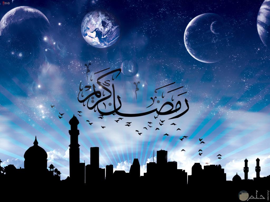 خلفية سماء ومساجد وطيور محلقة وعبارة رمضان كريم