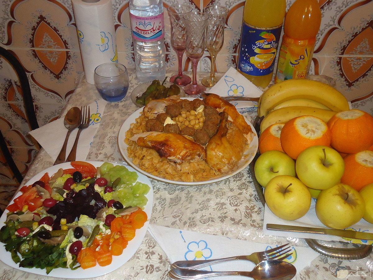 صورة أكل رمضانى مع المشروبات.
