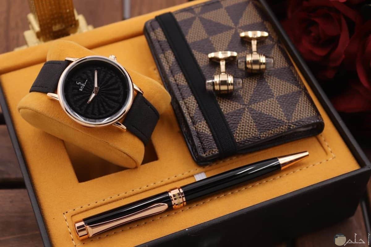ساعة وقلم ومحفظة هدية للشباب