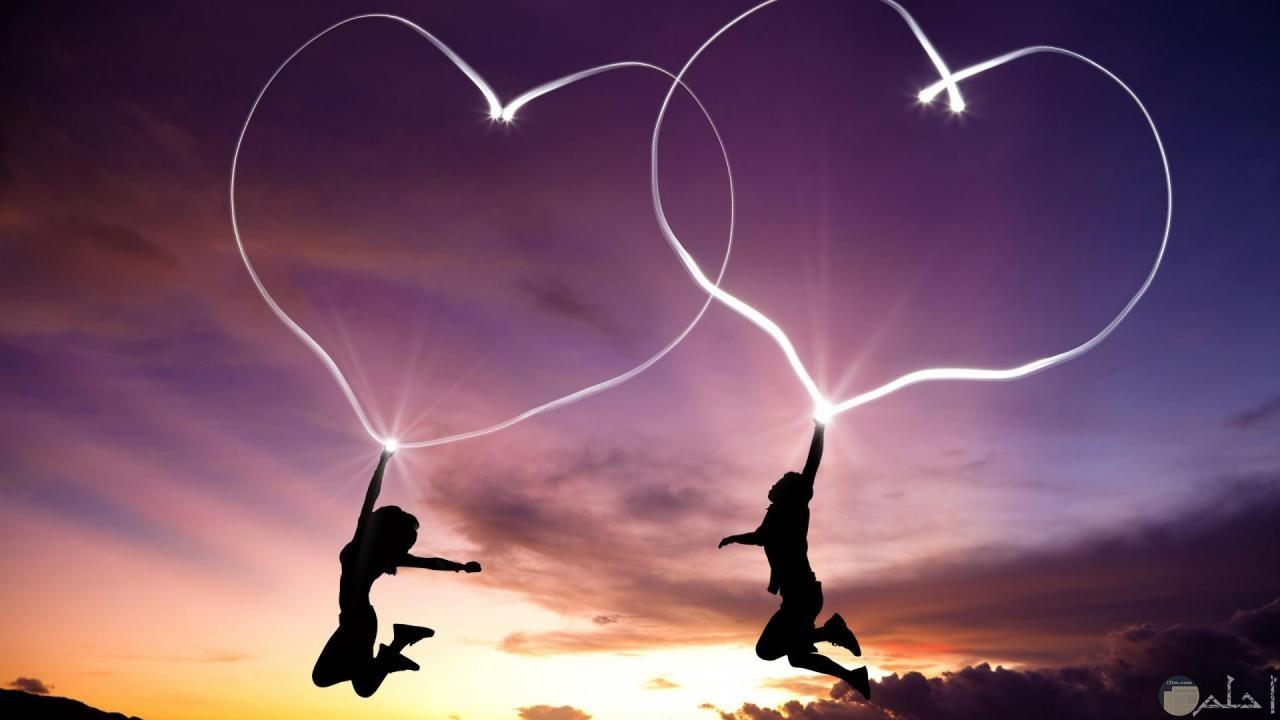 صورة بروفايل لشاب و شابة يقتسمان الحب بالقلوب.