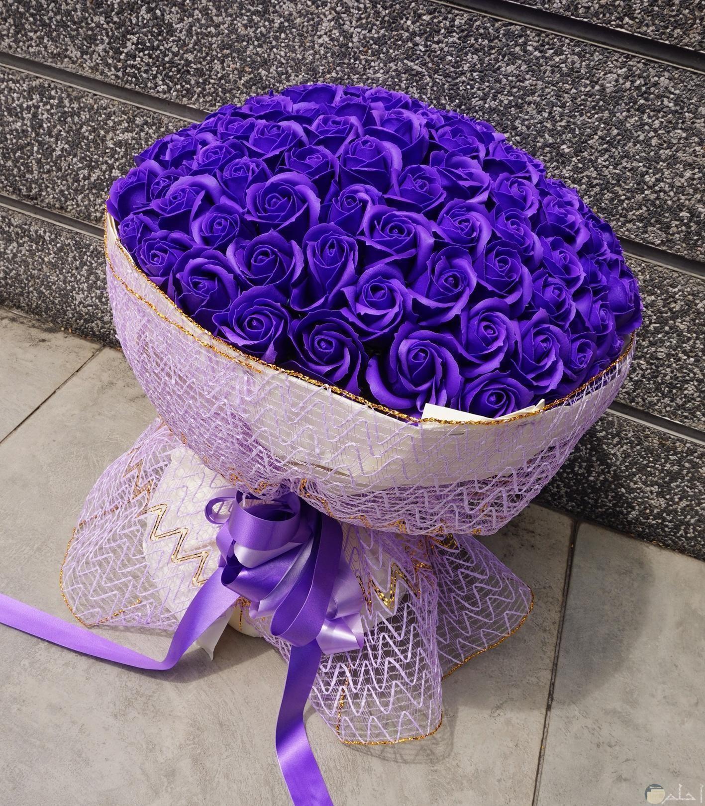بوكية ورد ممتلاء بزهور البنفسج الساحرة