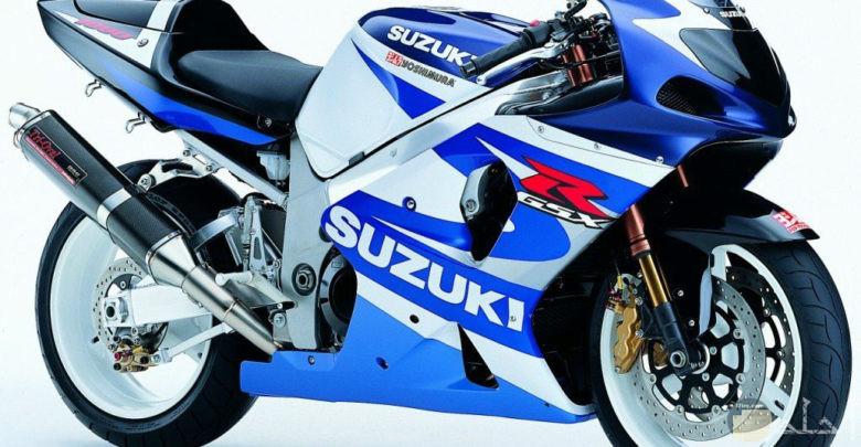صورة دراجة نارية زرقاء مشهورة المصنع.