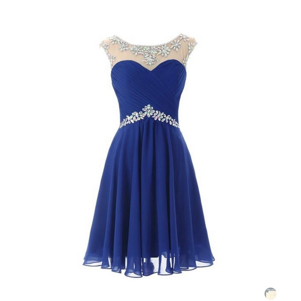 يتحلى هذا الفستان الوان الازرق المطعم بكسسوارات رقيقة