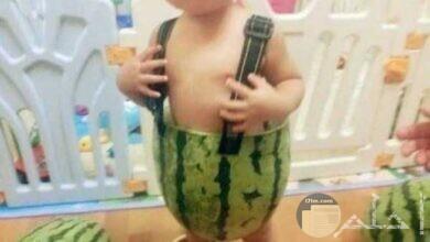 طفل يلبس قشر البطيخ.