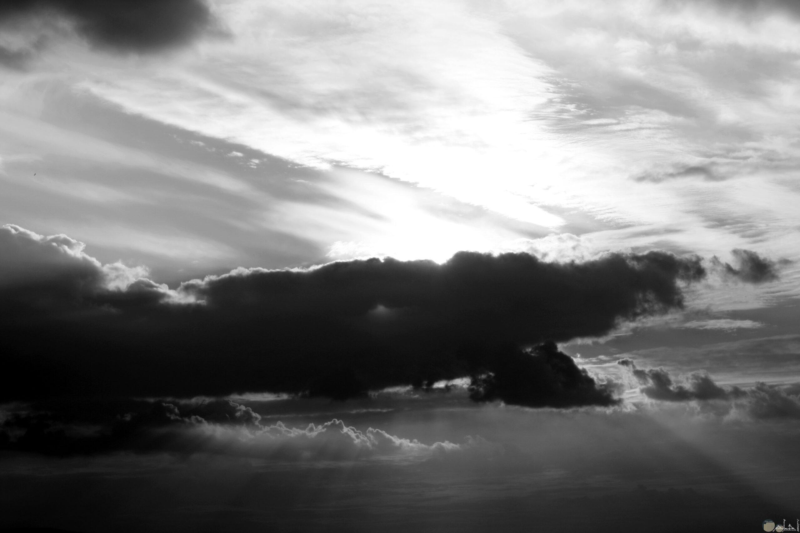 منظر طبيعي للسماء و الغيوم أبيض و أسود.