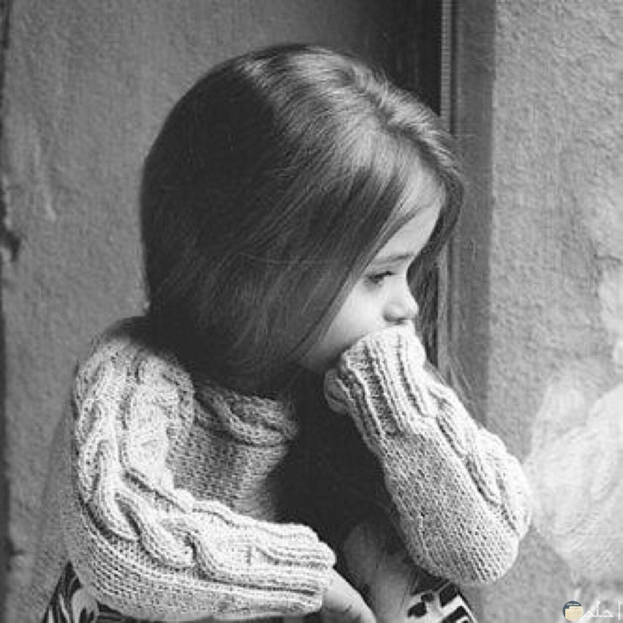 بنت صغيرة حزينة أبيض و أسود.