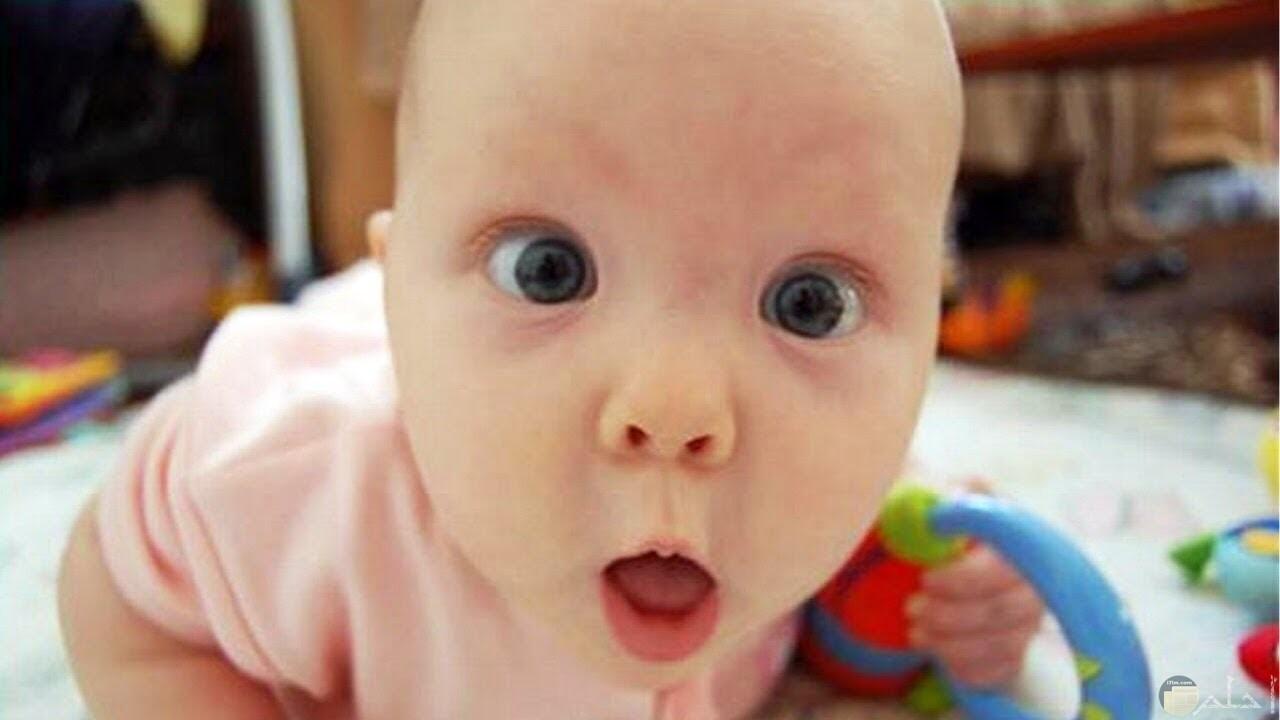 صورة طفل ينظر لعدسة التصوير بإندهاش.