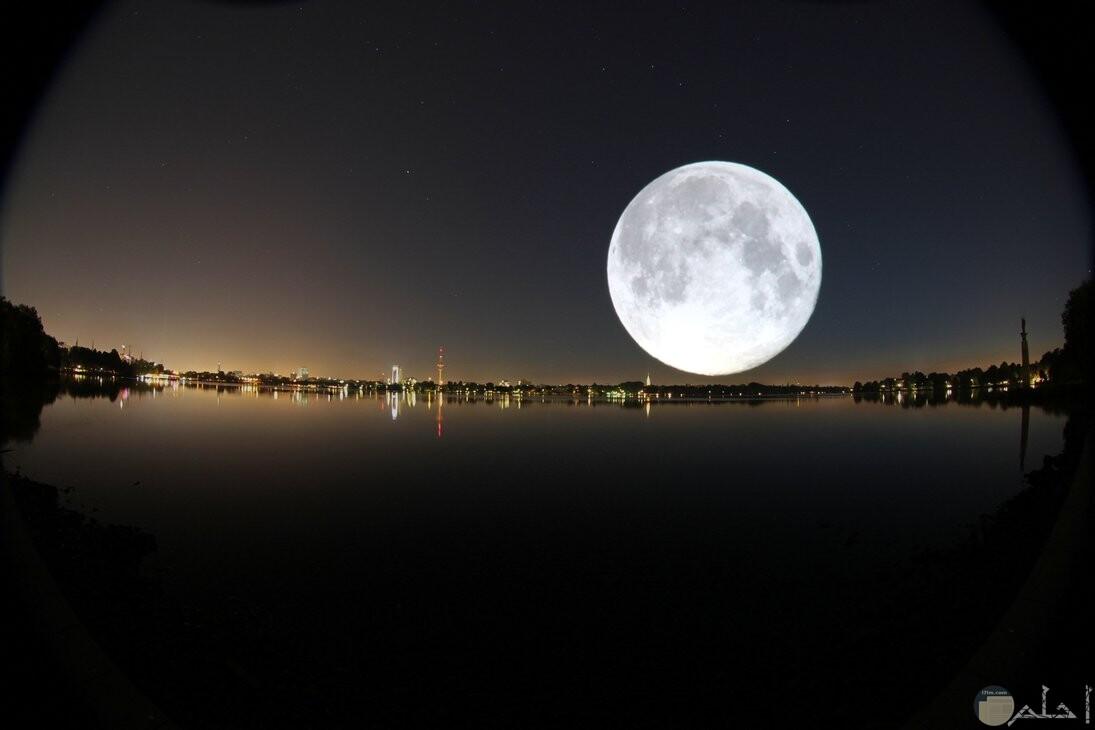 صورة حلوة للقمر و هو مسيطر على الكون.