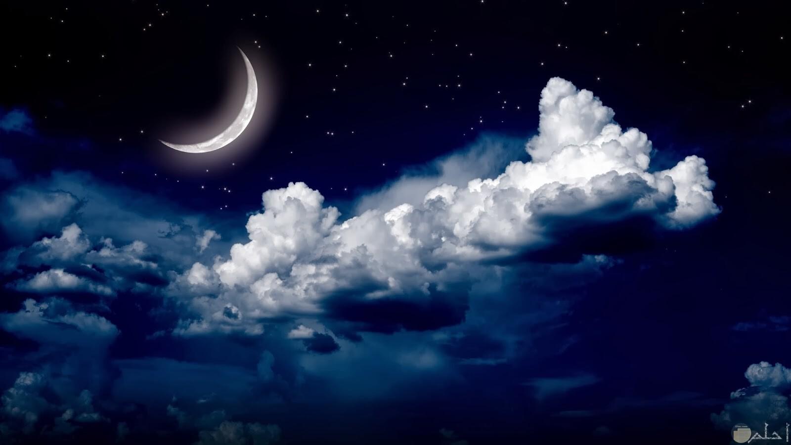 صورة لهلال القمر بشكل روعة.