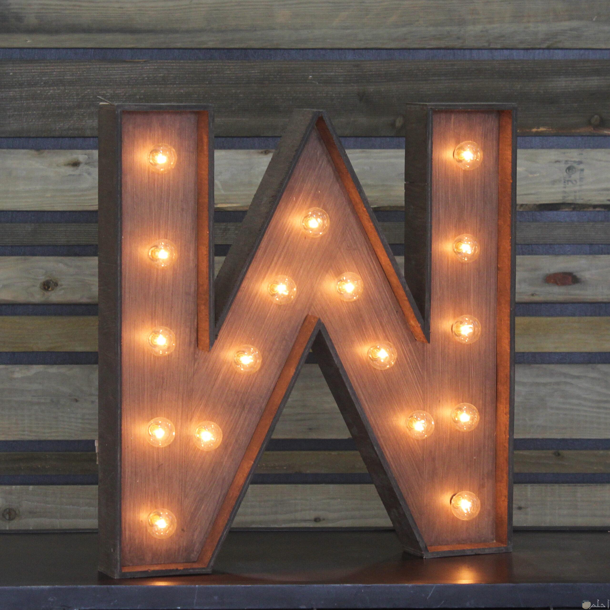 حرف w بالإضاءة الرقيقة.