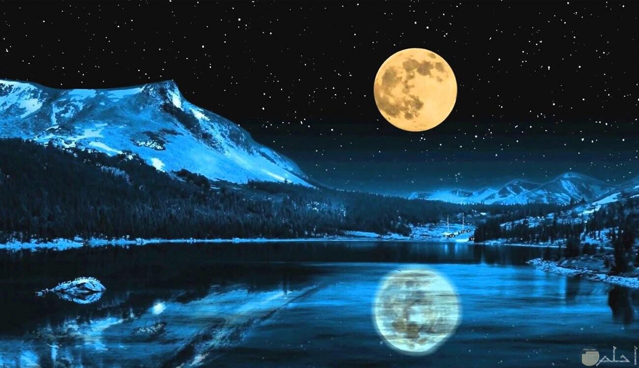 صورة راقية للقمر و إنعكاس أضوائه.