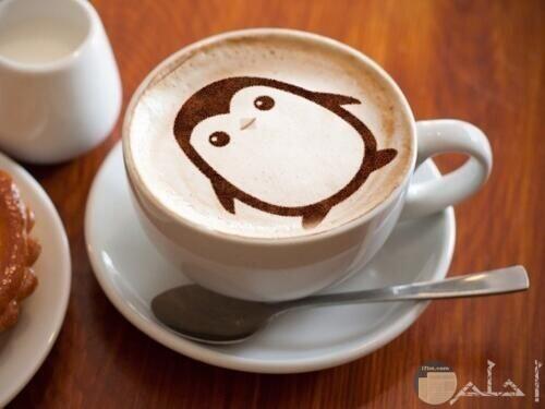 صورة بطريق كيوت على وجه القهوة