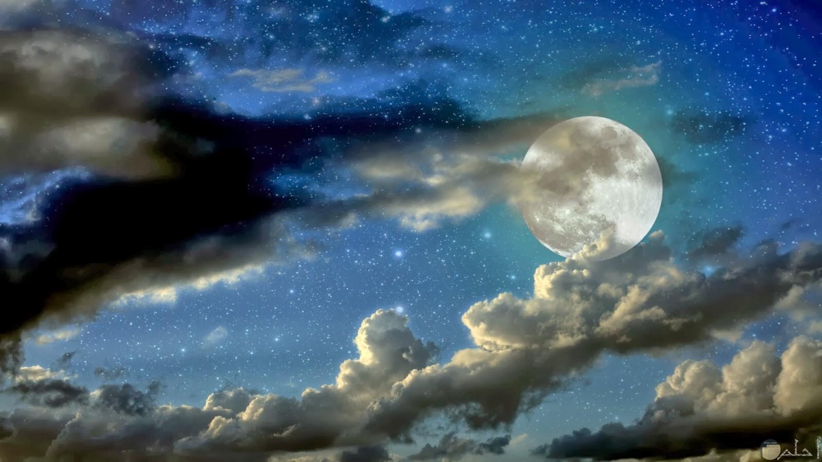 صورة حلوة للقمر وسط السحاب.