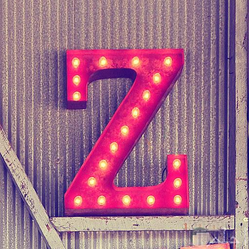 حرف z باللون الأحمر و النور.