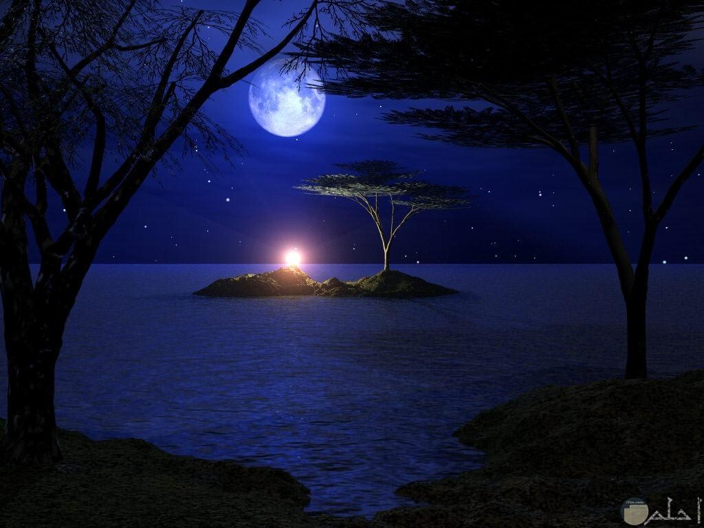 صورة حلوة للقمر و توره في ليل معتم.
