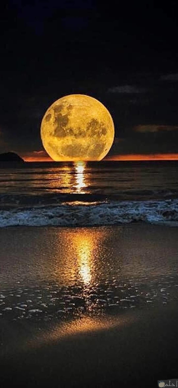 صورة حلوة للقمر و هو يعكس أنواره على المياة.