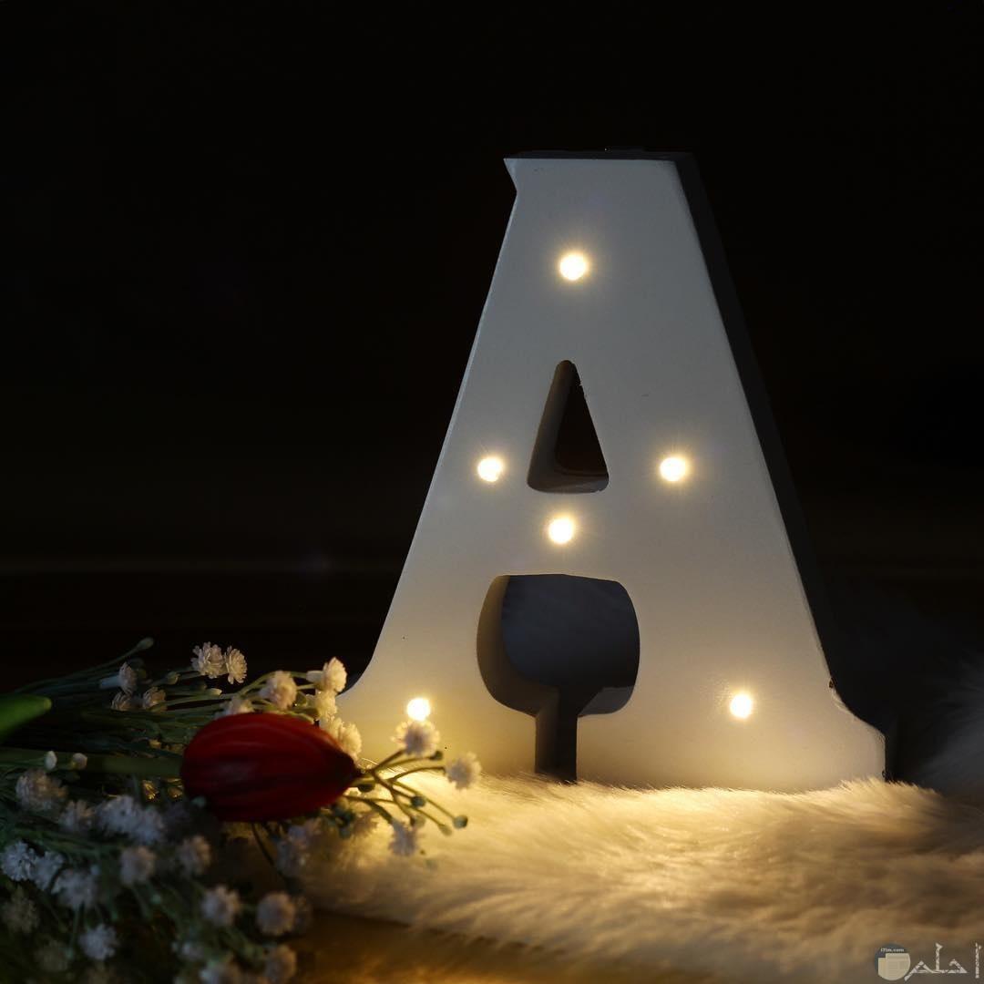 صورة لحرف a بالشمع و الإضاءة.